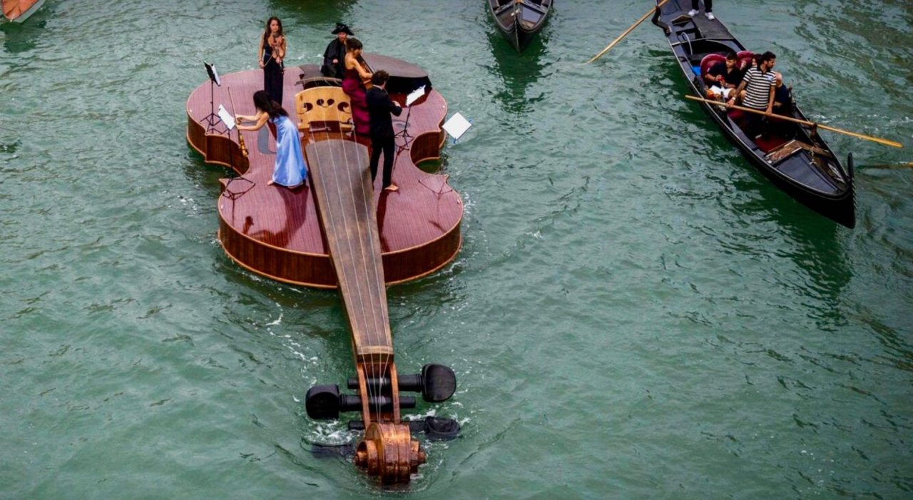 They're on the fiddle again inVenice